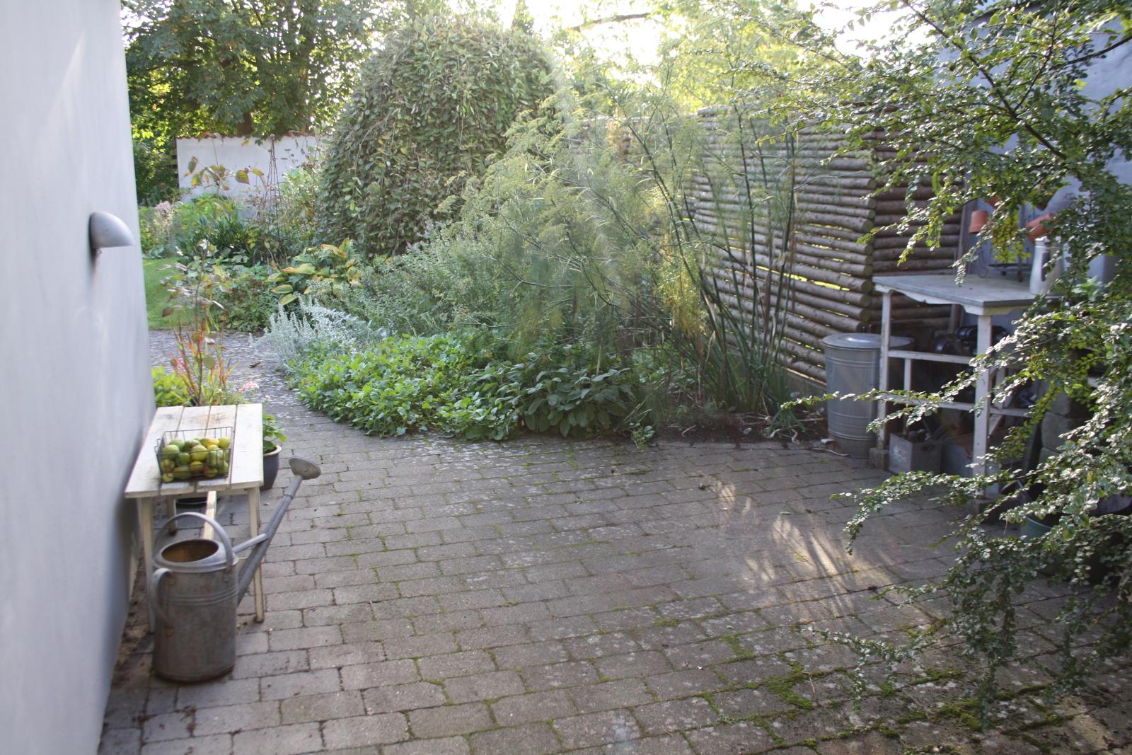 Krydderurtebed og plantebord