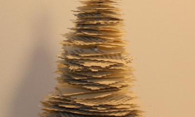 Et enkelt juletræ af bogsider