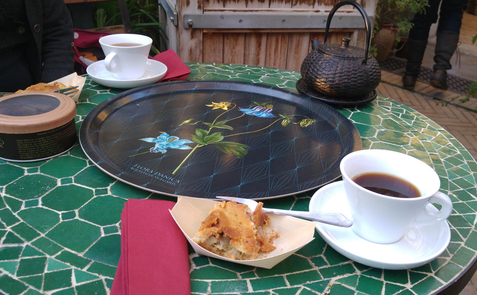 Paradehuset kaffe te og rabarberkage